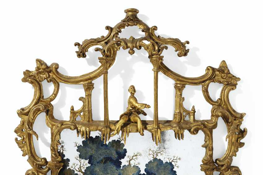 A CHINESE EXPORT REVERSE PAINTED MIRROR PICTURE IN GEORGE II... - photo 3