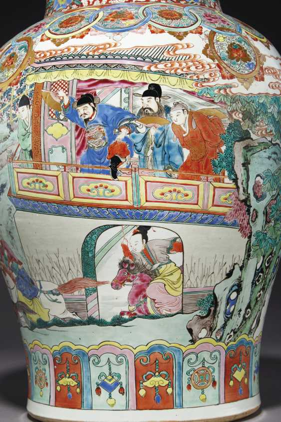 A LARGE PAIR OF CHINESE FAMILLE ROSE JARS AND COVERS - photo 2