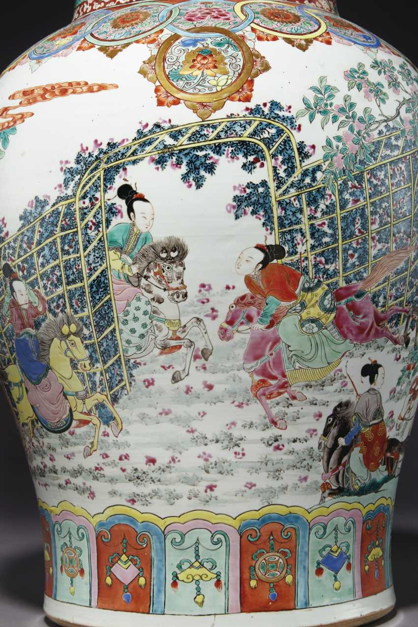A LARGE PAIR OF CHINESE FAMILLE ROSE JARS AND COVERS - photo 3