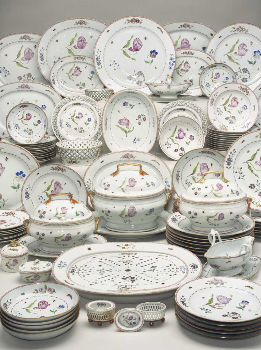 A CHINESE EXPORT FAMILLE ROSE PORCELAIN DINNER SERVICE - photo 1