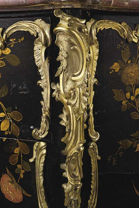 A LOUIS XV ORMOLU MOUNTED CHINESE LACQUER AND VERNIS MARTIN ... - photo 3