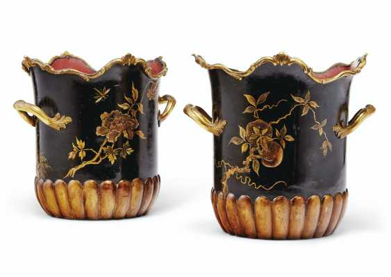 A LOUIS XV ORMOLU-MOUNTED LACQUER, MEISSEN AND FRENCH PORCELAIN ENCRIER, AND A PAIR OF FRENCH ORMOLU AND POLYCRHOME TOLE PEINTE CACHE POTS - photo 5