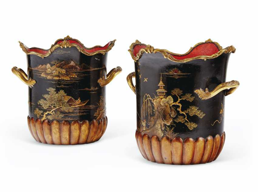 A LOUIS XV ORMOLU-MOUNTED LACQUER, MEISSEN AND FRENCH PORCELAIN ENCRIER, AND A PAIR OF FRENCH ORMOLU AND POLYCRHOME TOLE PEINTE CACHE POTS - photo 6
