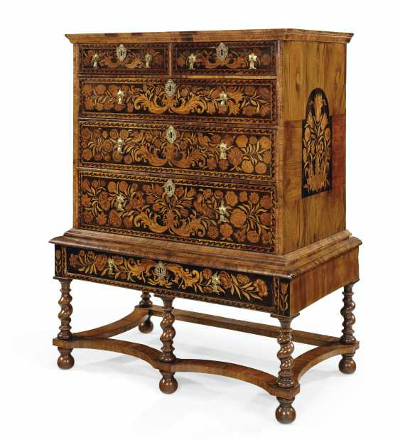 A WILLIAM AND MARY WALNUT, OYSTER VENEERED AND FLORAL MARQUETRY INLAID CHEST ON STAND - photo 2