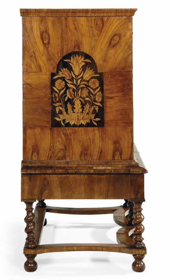 A WILLIAM AND MARY WALNUT, OYSTER VENEERED AND FLORAL MARQUETRY INLAID CHEST ON STAND - photo 3