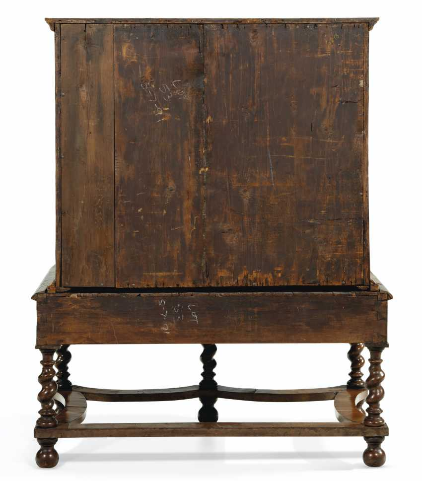 A WILLIAM AND MARY WALNUT, OYSTER VENEERED AND FLORAL MARQUETRY INLAID CHEST ON STAND - photo 4