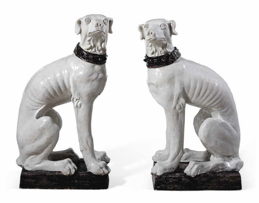 A VERY LARGE PAIR OF ITALIAN FAIENCE MODELS OF DOGS - photo 2