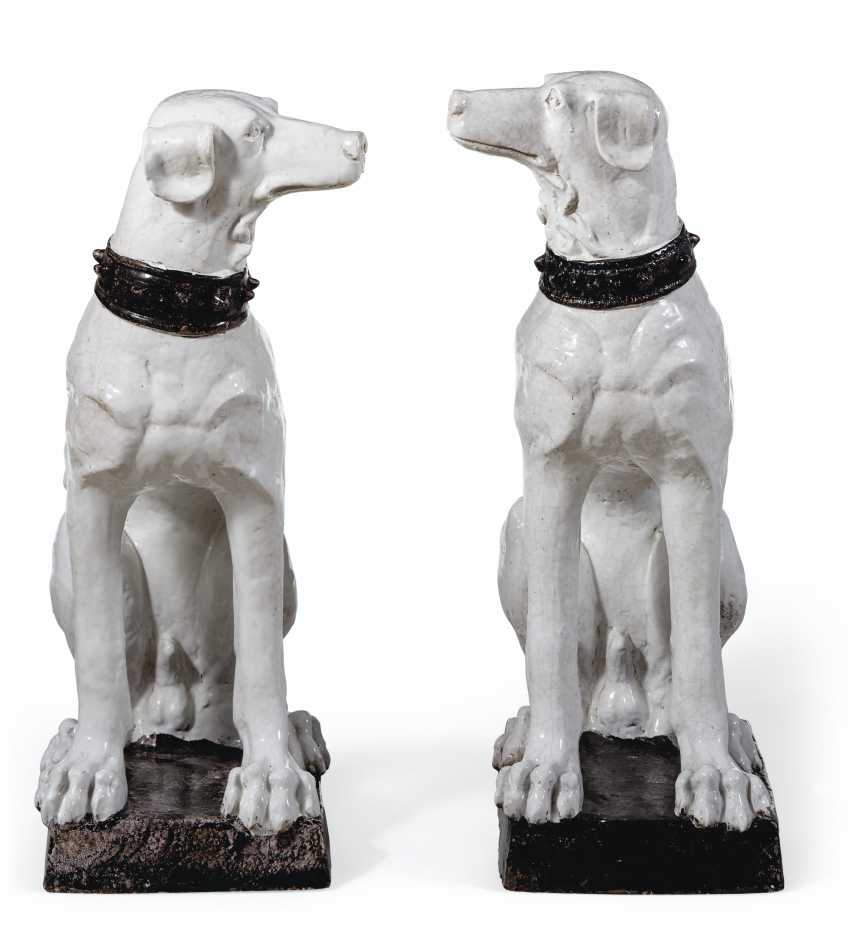 A VERY LARGE PAIR OF ITALIAN FAIENCE MODELS OF DOGS - photo 3