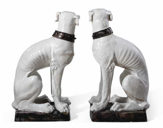 A VERY LARGE PAIR OF ITALIAN FAIENCE MODELS OF DOGS - photo 4