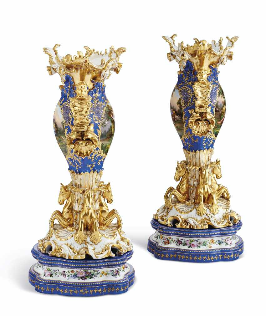 A PAIR OF JACOB PETIT PORCELAIN BLUE AND GOLD GROUND RETICULATED VASES ON STANDS - photo 2