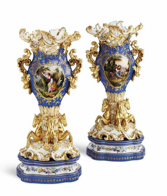 A PAIR OF JACOB PETIT PORCELAIN BLUE AND GOLD GROUND RETICULATED VASES ON STANDS - photo 3