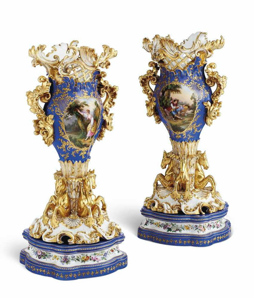 A PAIR OF JACOB PETIT PORCELAIN BLUE AND GOLD GROUND RETICULATED VASES ON STANDS - photo 4