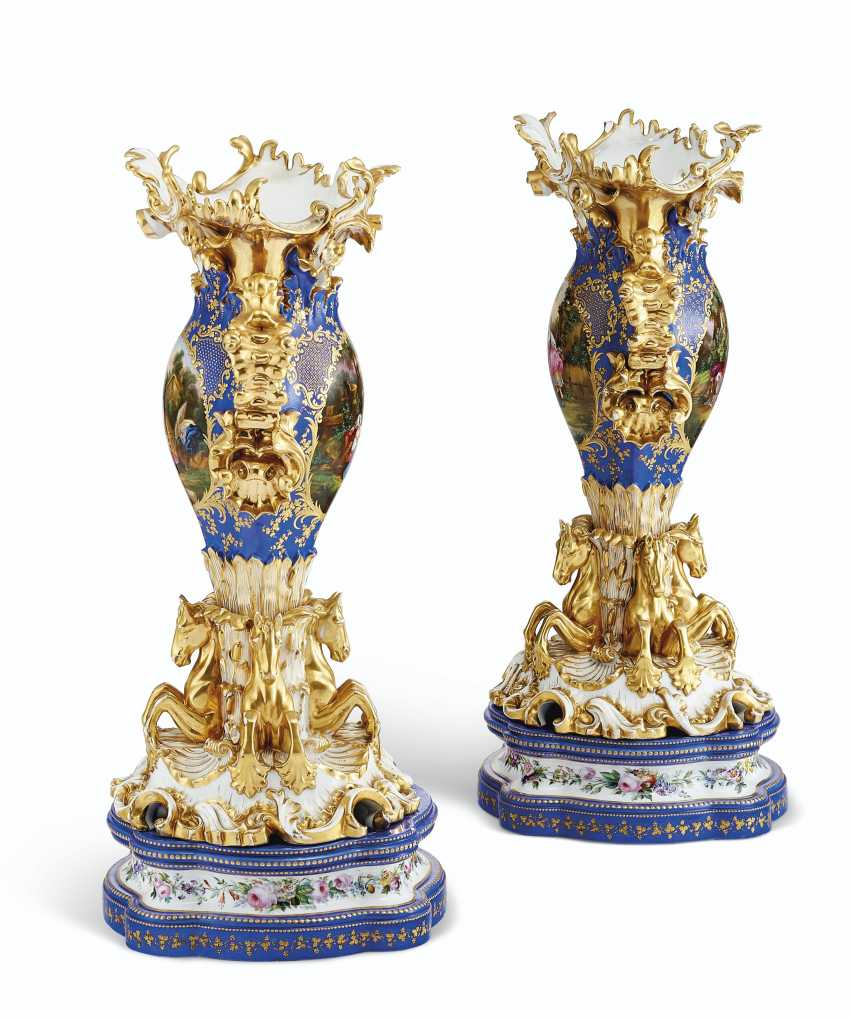 A PAIR OF JACOB PETIT PORCELAIN BLUE AND GOLD GROUND RETICULATED VASES ON STANDS - photo 5