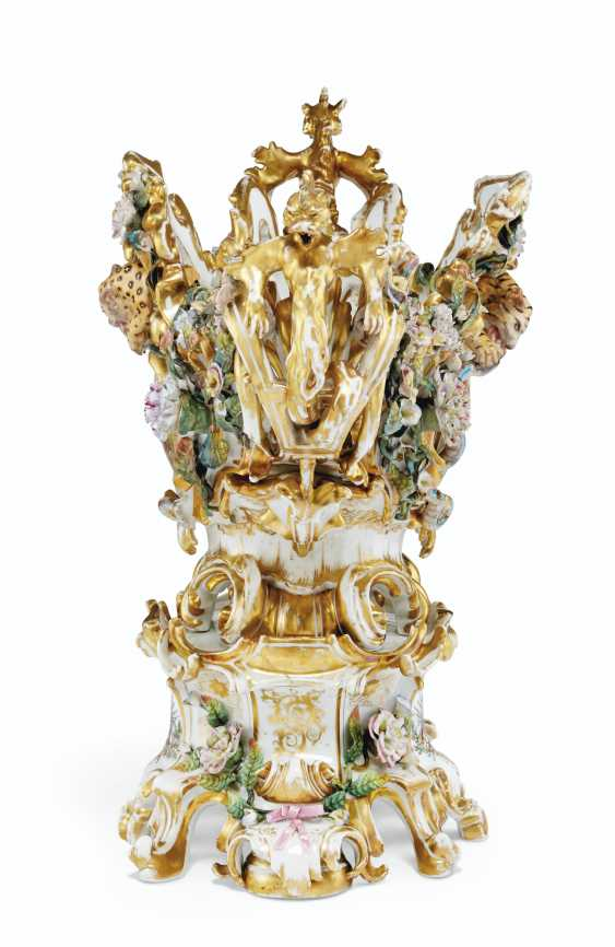 A LARGE FRENCH PORCELAIN RETICULATED FLOWER-ENCRUSTED CENTERPIECE AND STAND - photo 3
