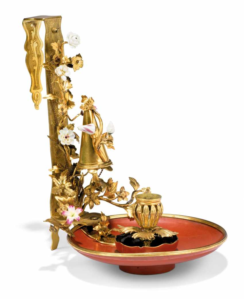 A LOUIS XV PORCELAIN-MOUNTED ORMOLU AND RED LACQUER PARAVENT CHAMBERSTICK - photo 3