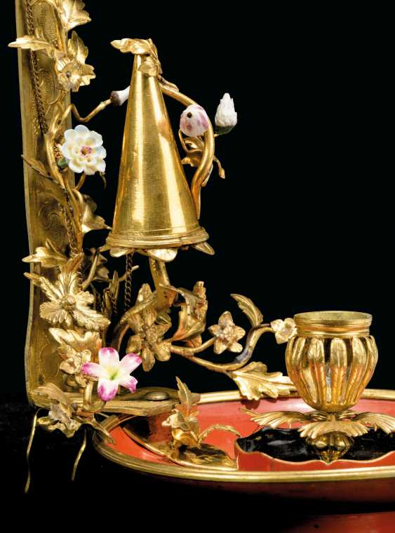 A LOUIS XV PORCELAIN-MOUNTED ORMOLU AND RED LACQUER PARAVENT CHAMBERSTICK - photo 4