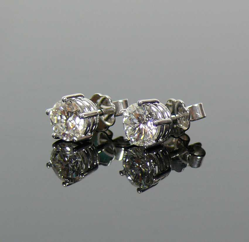 Pair of brilliant earrings - photo 2
