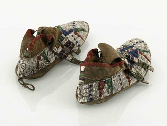Pair of fine leather moccasins with pearl embroidery - photo 2