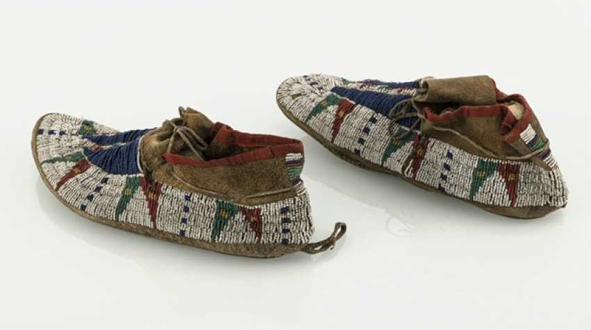 Pair of fine leather moccasins with pearl embroidery - photo 3