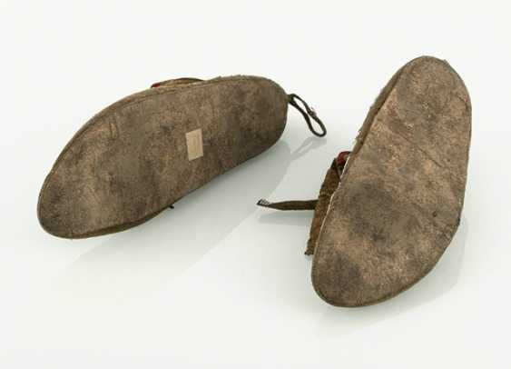 Pair of fine leather moccasins with pearl embroidery - photo 4