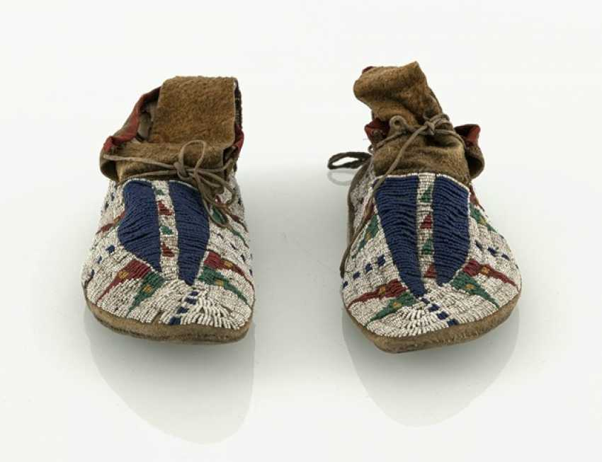 Pair of fine leather moccasins with pearl embroidery - photo 5