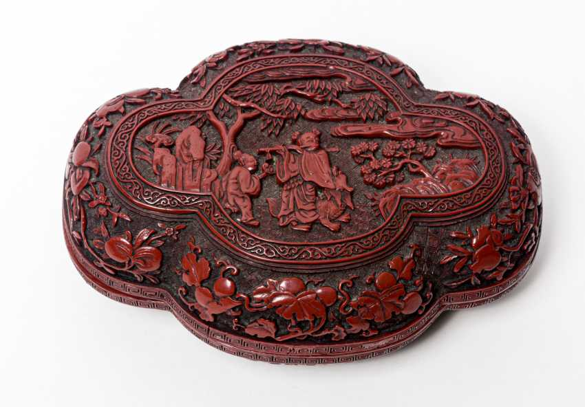 RED CARVING LACQUER CAN WITH MUSICIAN AND FLUTE - photo 1
