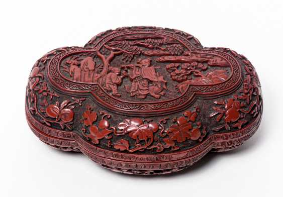 RED CARVING LACQUER CAN WITH MUSICIAN AND FLUTE - photo 2