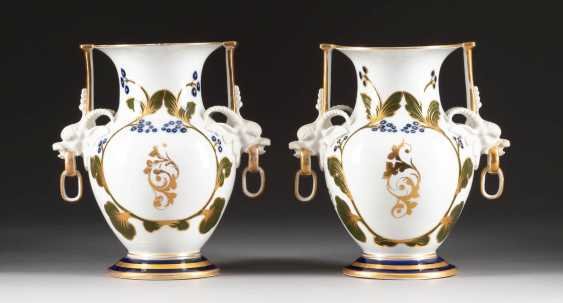 PAIR OF VASES WITH HUNTERS Russia - photo 2