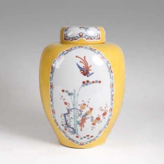 Large lidded vase with 'Shiba Onko pattern and yellow rear - photo 1