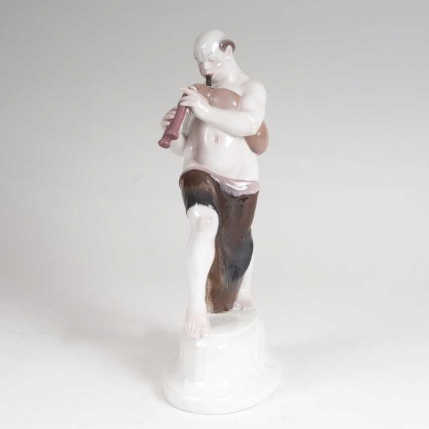 Adolf Amberg (Hanau 1878 - Berlin, 1913). Porcelain figurine 'Arab with bagpipes from the 'wedding procession' - photo 1