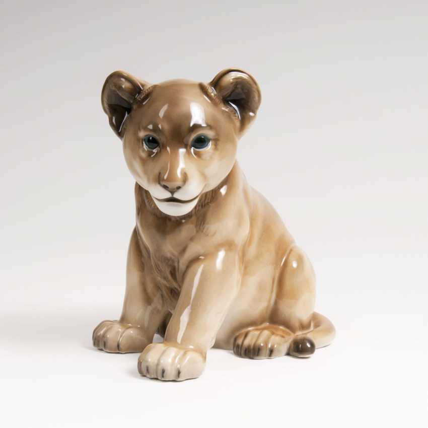Max Hermann Fritz (Neuhaus/Thür. 1873 - Dresden 1948). Porcelain Animal Plastic 'Young Lion' - photo 1
