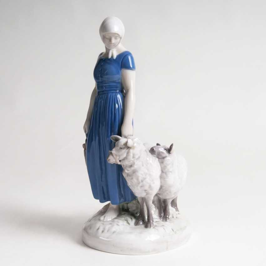 Axel Thilson Locher (Copenhagen, 1897 - Hjørring 1941). Porcelain Figure, 'The Shepherd Girl' - photo 1