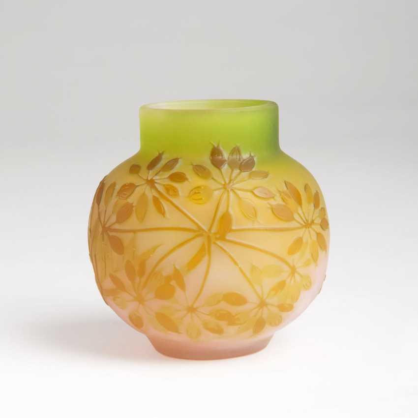 Emile Gallé (Nancy, 1846 - Nancy, 1904). Kleine bauchige Vase mit Rispenhortensie - photo 1