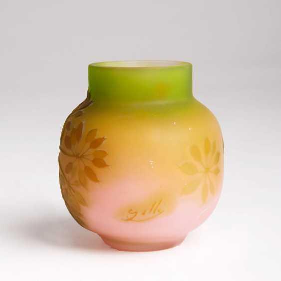 Emile Gallé (Nancy, 1846 - Nancy, 1904). Kleine bauchige Vase mit Rispenhortensie - photo 2