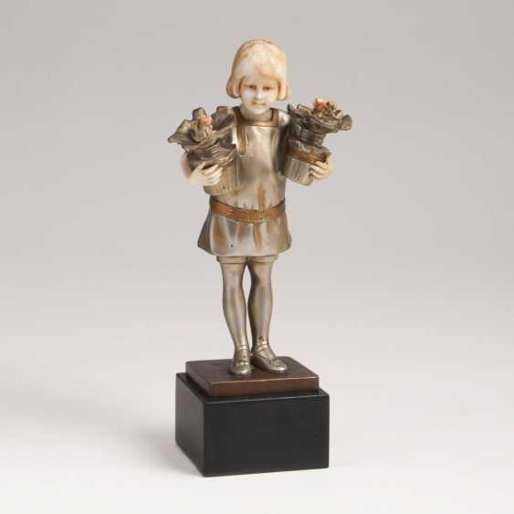 Art Deco Bronze sculpture 'girl with flower vases' - photo 1