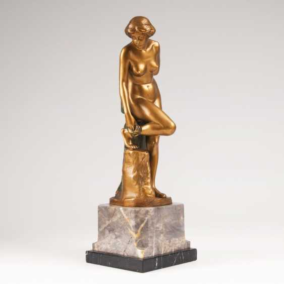 Eugen Wagner (Berlin 1871 - ibid 1942). A Bronze figure 'Female Nude after bathing' - photo 1