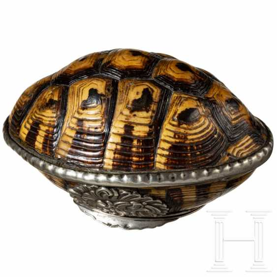 Baroque lidded box made of turtle shell with silver mountings, colonial Holland, probably Batavia, 18th century - photo 2