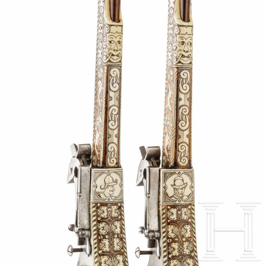 Ein Paar lange Radschlosspistolen, Peter Danner, Nürnberg, datiert 1587, mit späteren verbeinten Schäften - Foto 7