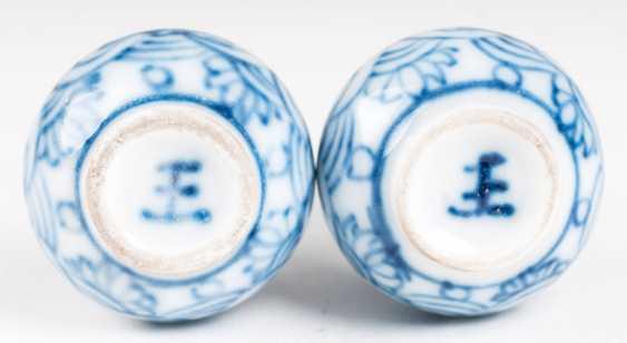 Pair of 'blue-white' porcelain Miniature our vase vial - photo 2