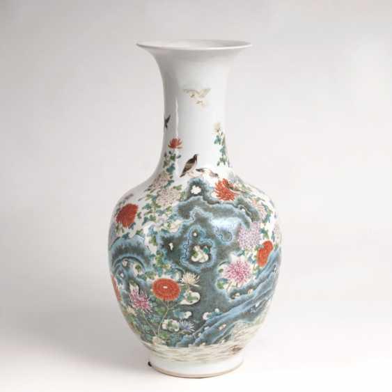Baluster vase with birds on rocks - photo 1