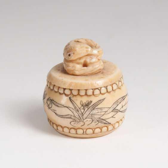 Small ivory box with a snake knob - photo 1