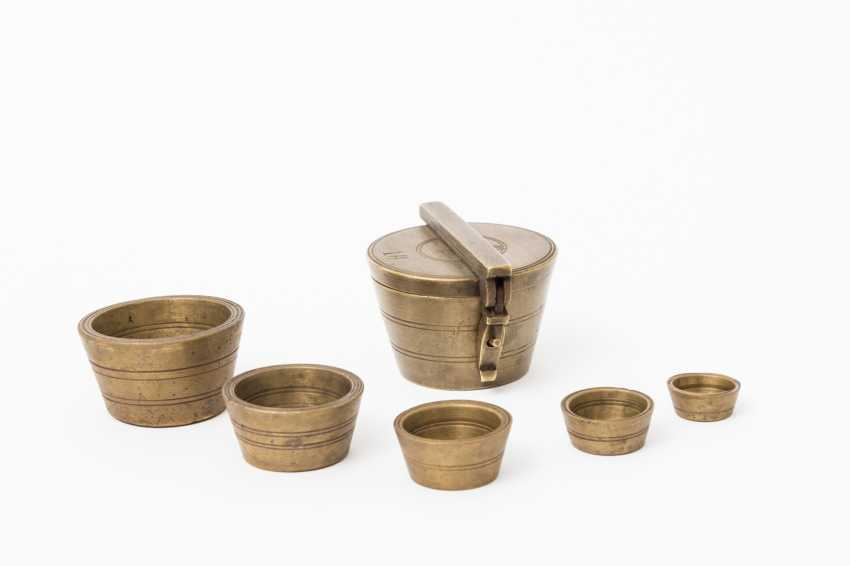 Set in Vienna Cup- / the use of weights, made of brass, 1869 - - photo 1