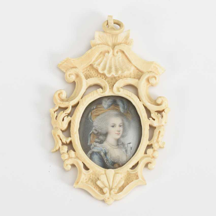 Miniature portrait of Marie Antoinette in a carved ivory frame - photo 1