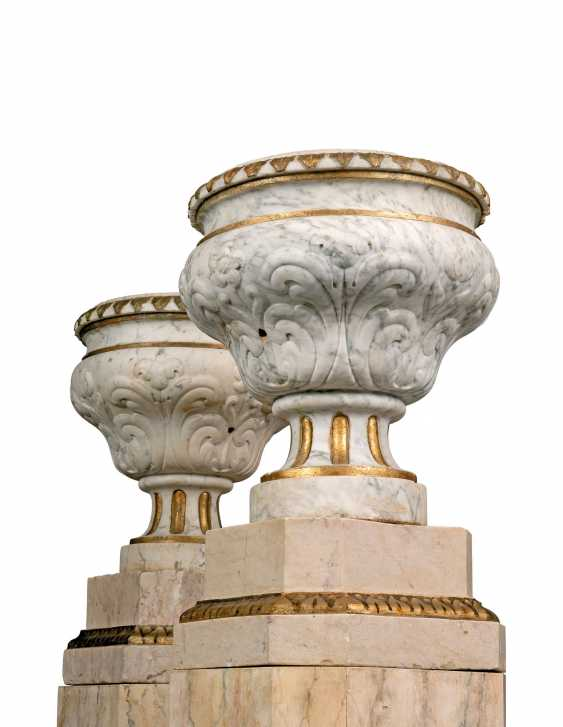 A PAIR OF GREY-VEINED WHITE MARBLE URNS - photo 2