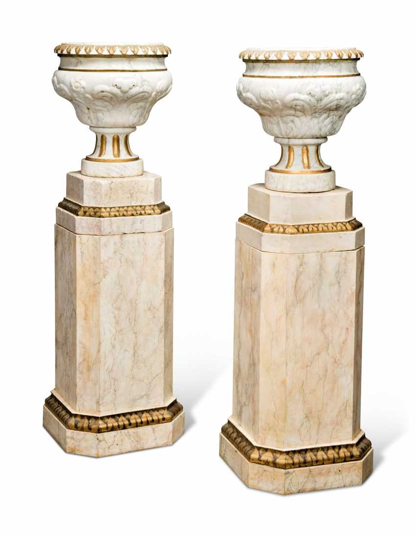 A PAIR OF GREY-VEINED WHITE MARBLE URNS - photo 3