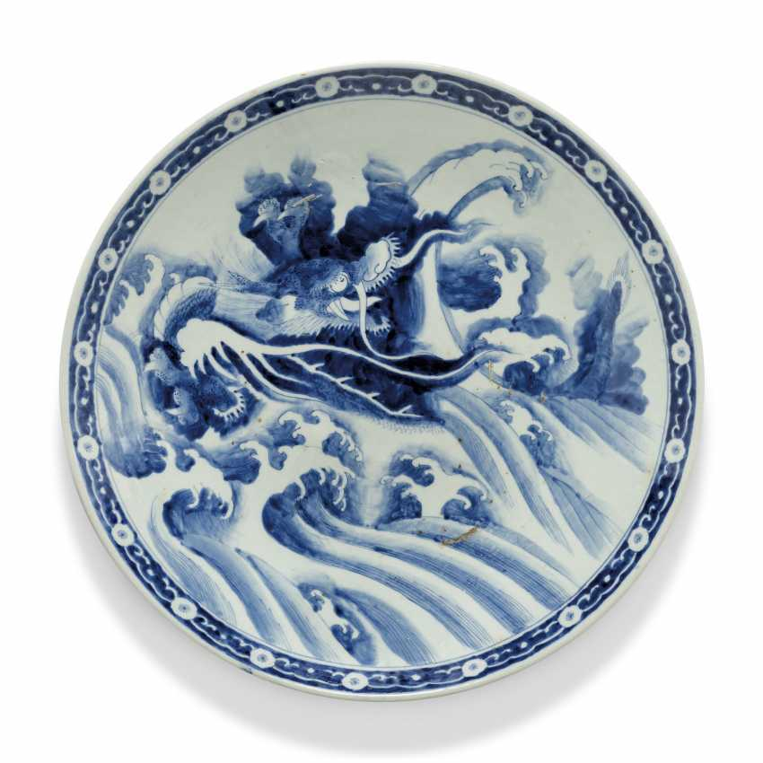 A PAIR OF LARGE JAPANESE ARITA CHARGERS WITH DRAGONS - photo 4