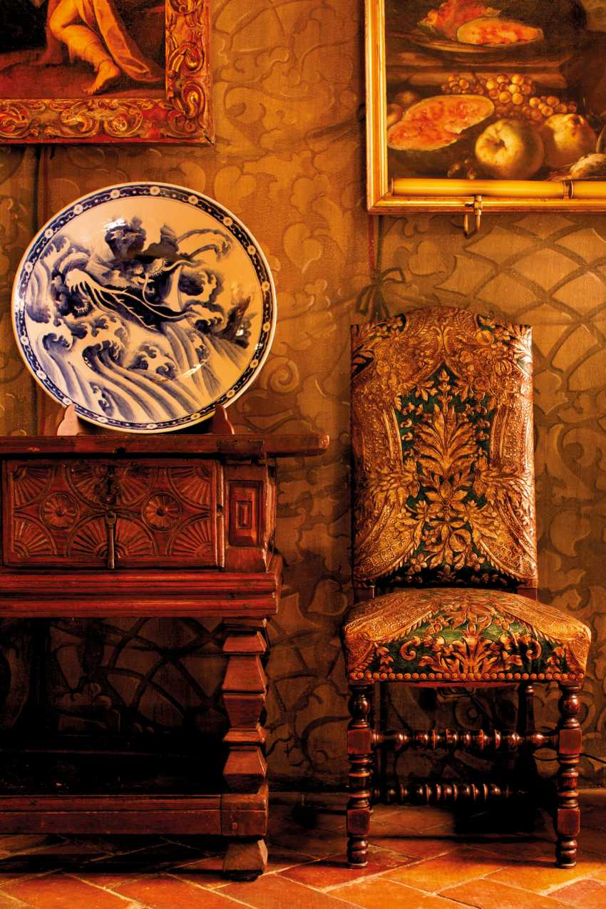 A PAIR OF LARGE JAPANESE ARITA CHARGERS WITH DRAGONS - photo 6