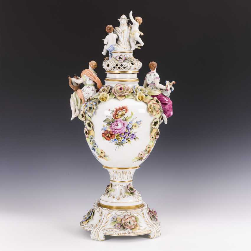 Large lidded vase with base - photo 2