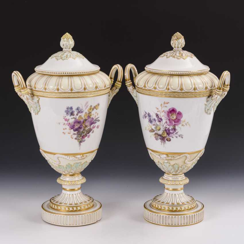 Pair of lidded vases with soft painting - photo 2