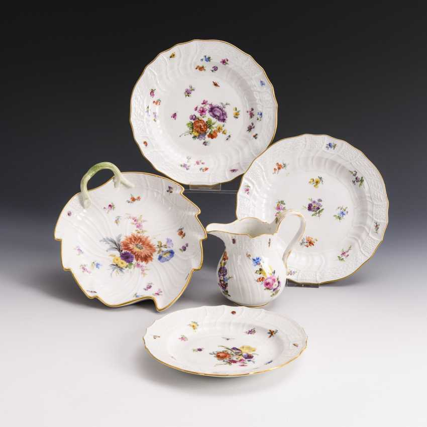 3 plates, leaf bowl and milk jug with painting of scattered flowers - photo 1